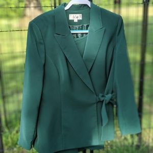 Gorgeous forest green Le Suit skirt suit